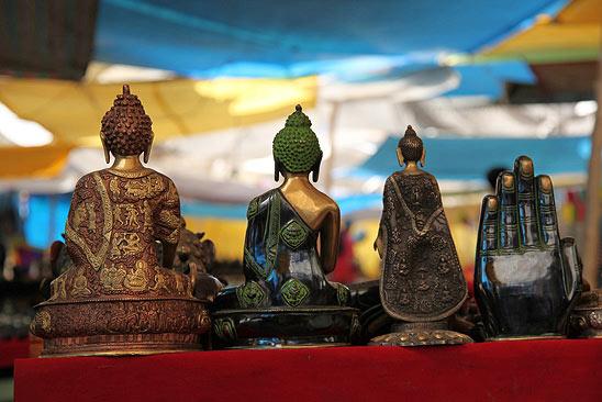 Statuettes de Bouddha sur un marché de Leh