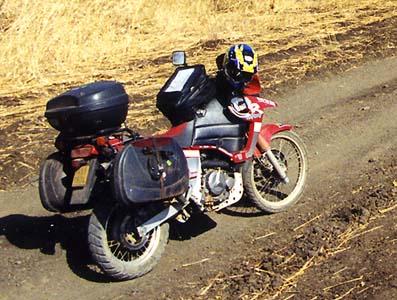Soudan, la moto chargée sur la piste