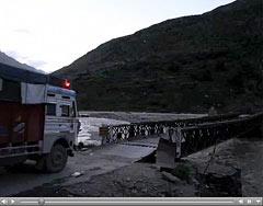 Darcha, Un Tata franchit le pont sur la rivière Bhaga à la tombée du jour