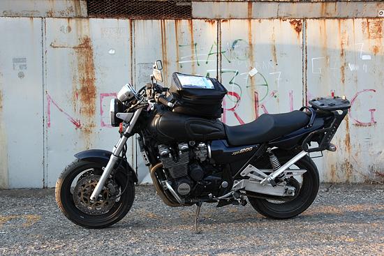 La moto, Yamaha XJR 1200, modèle 97.