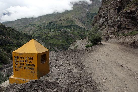 Une pensée pour ces travailleurs de l'extrême - Le Ladakh en Royal Enfield - Inde 2010