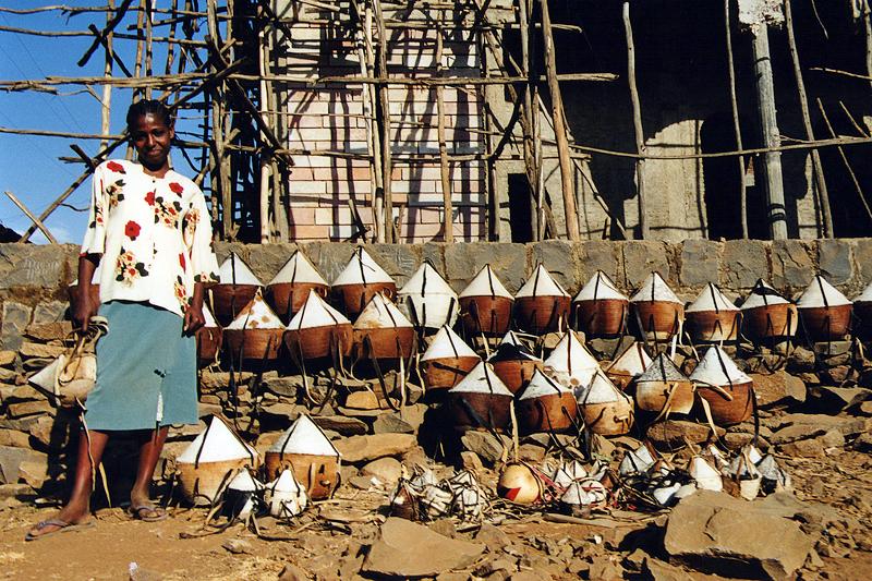 Vendeuse de sacs dans la rue, Bahar Dar - Ethiopie, février 2000