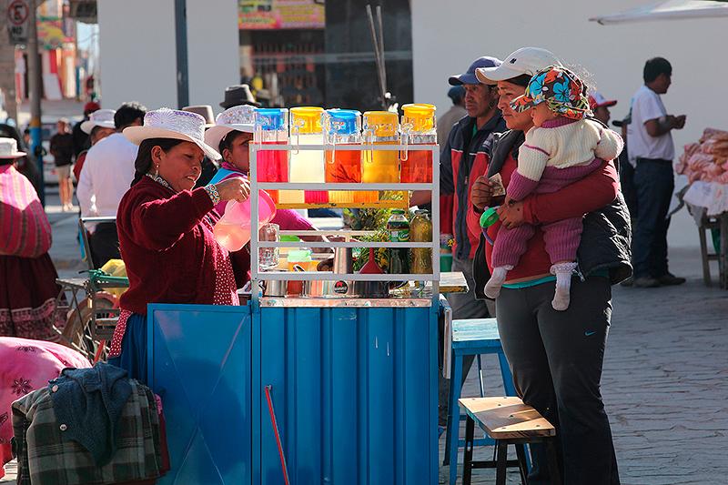 """Vendeuses d'""""emolientes"""" (tisane au herbes), marché de Chivay, Pérou - 2014"""