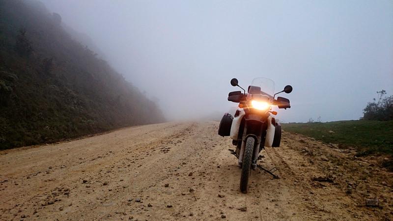 Passage de col dans le brouillard, Bolivie - 2014