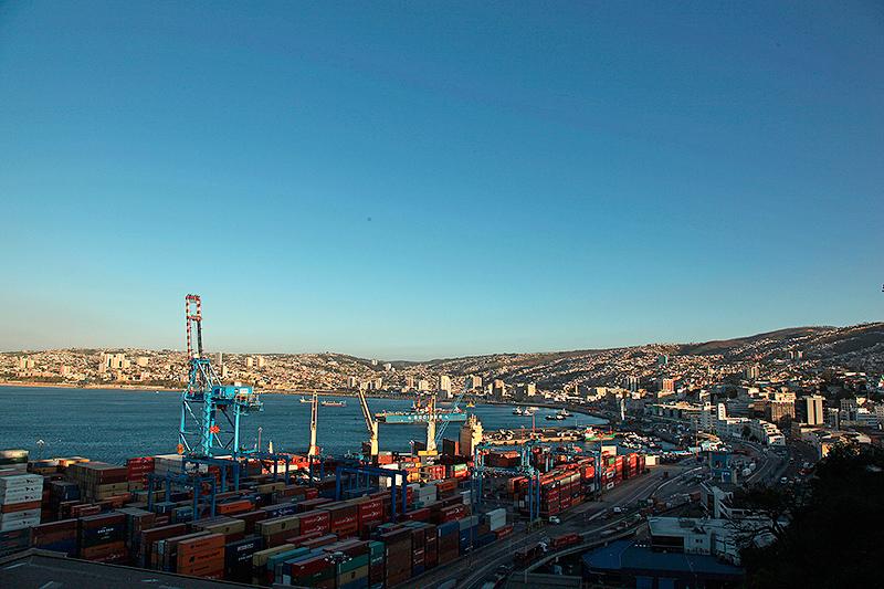 La baie et le port de commerce de Valparaiso, Chili - 2014