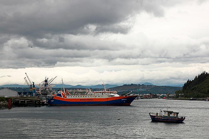 Nuages menaçants sur Puerto Montt, Ferry Don Baldo pour Chaiten, Chili - 2014