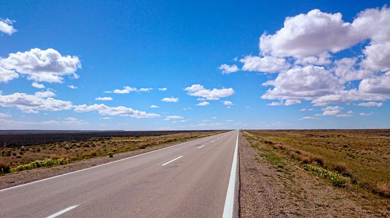 Interminables lignes droites de la ruta 3, à travers la Pampa, Argentine - 2014