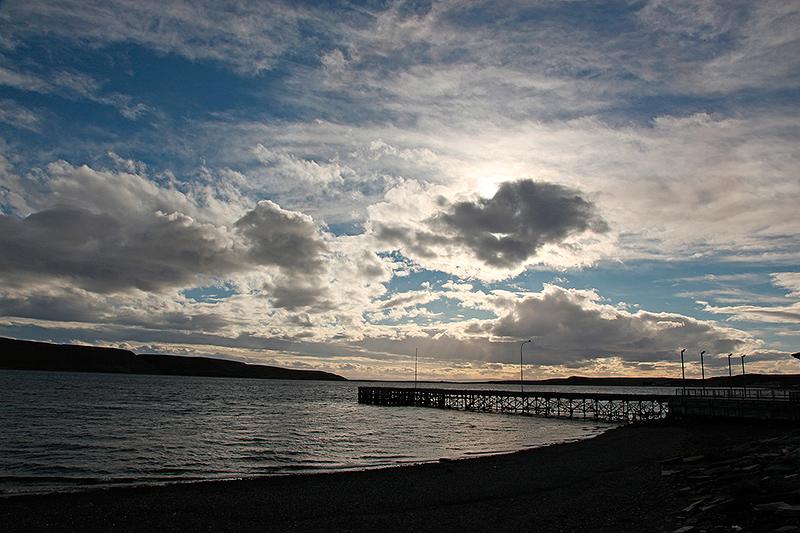 Soleil couchant sur la baie de Porvenir, Terre de Feu, Chili - 2014