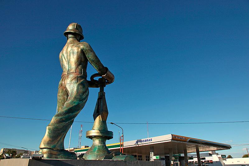 """Statue à la """"gloire"""" de l'industrie pétrolière, Caletta Olivia, Argentine - 2004"""