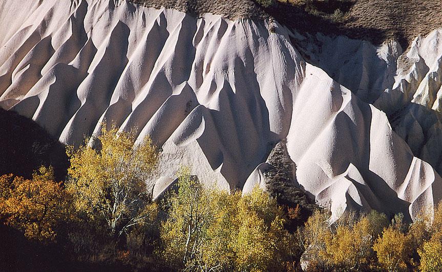 Formations de tuf volcanique façonnées par l'érosion - Environs de Uçhisar, Cappadocia, Turquie, 1999