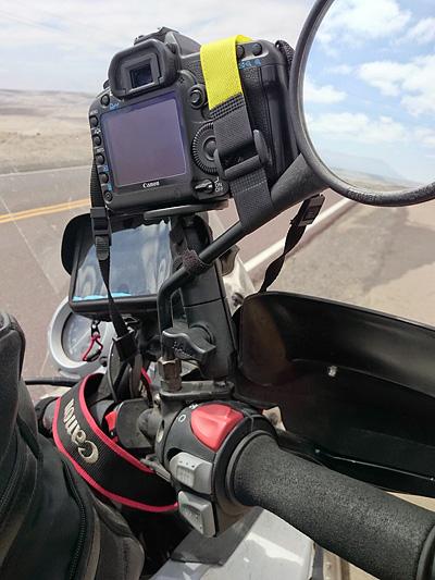 EOS 5D mkII sur support ram mount au guidon pour vidéo à moto, Pérou - 2014