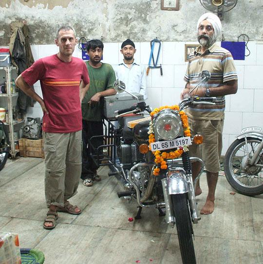 Cérémonie puja de protection de la moto - Le Ladakh en Royal Enfield - Inde 2010