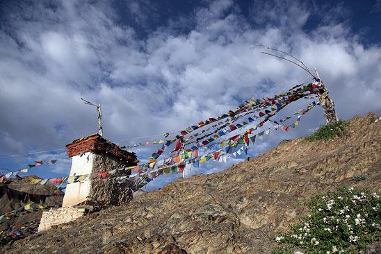 Lamayuru, drapeaux de prière - Le Ladakh en Royal Enfield - Inde 2010