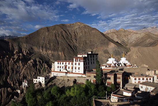 Lamayuru gompa (monastère Tibétain de Lamayuru) - Le Ladakh en Royal Enfield - Inde 2010