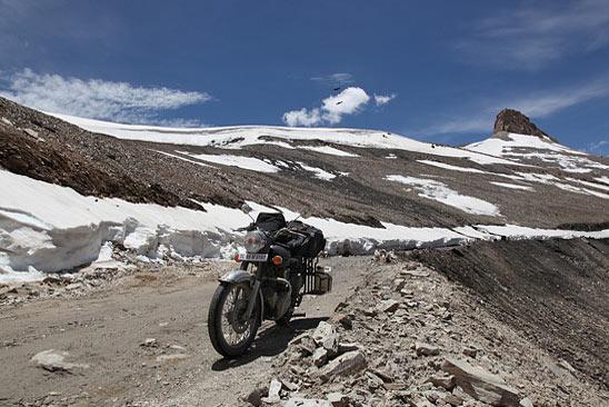 Sur la piste, descente après la passe du Tanglang La - Le Ladakh en Royal Enfield - Inde 2010