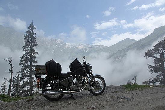 Au dessus des nuages, sur la piste du Rhotang la - Le Ladakh en Royal Enfield - Inde 2010