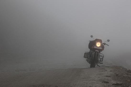 Brouillard sur la passe du Rohtang - Le Ladakh en Royal Enfield - Inde 2010