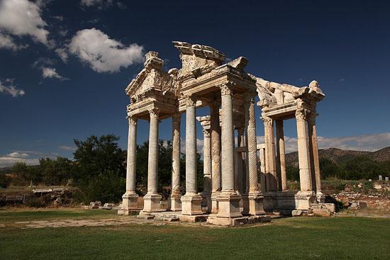 Aphrodisias, le tétrapylon ou la grande porte, Turquie 2011.