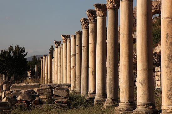 Alignement de colonnes sur le site d'Ephèse, Turquie 2011.