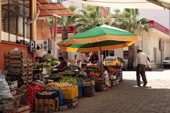 Marché de fruits et légumes à Karacasu, Turquie 2011.