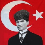 Portrait de Mustafa Kemal Ataturk sur un drapeau Turc.