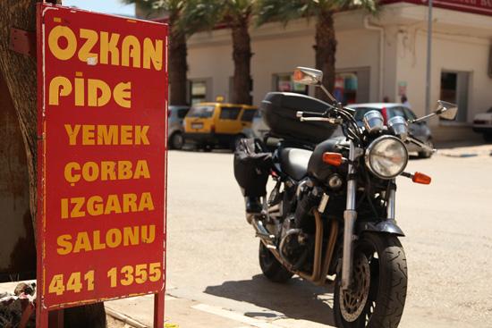 """Pause déjeuner dans un """"pide salonu"""" à Karacasu, Turquie 2011."""