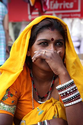 Portrait d'une vendeuse de bijoux, marché de Lajpat Nagar - Delhi, Inde 2012