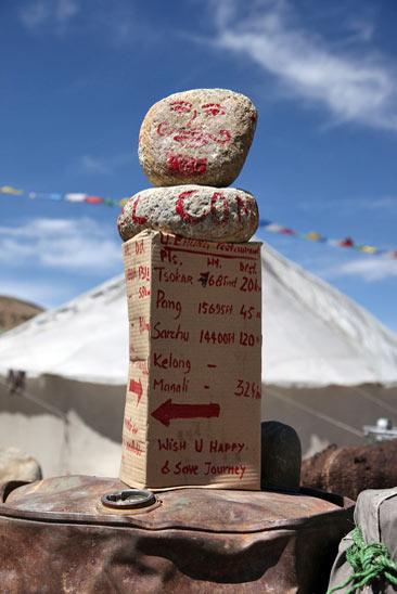 Une borne kilométrique improvisée au Ladakh, Inde - 2010