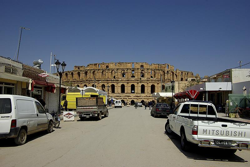 Le colisée d'El Jem vu depuis la rue principale - Tunisie 2009