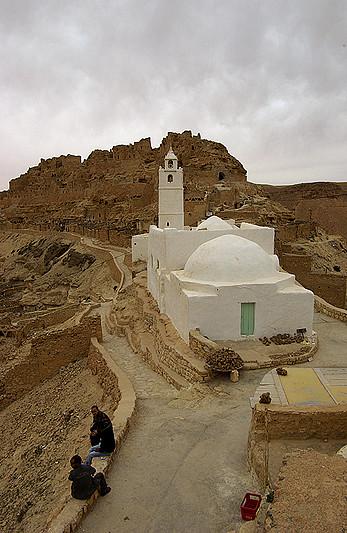 La mosquée blanche de Chenini avec le Ksar en arrière plan - Tunisie 2009