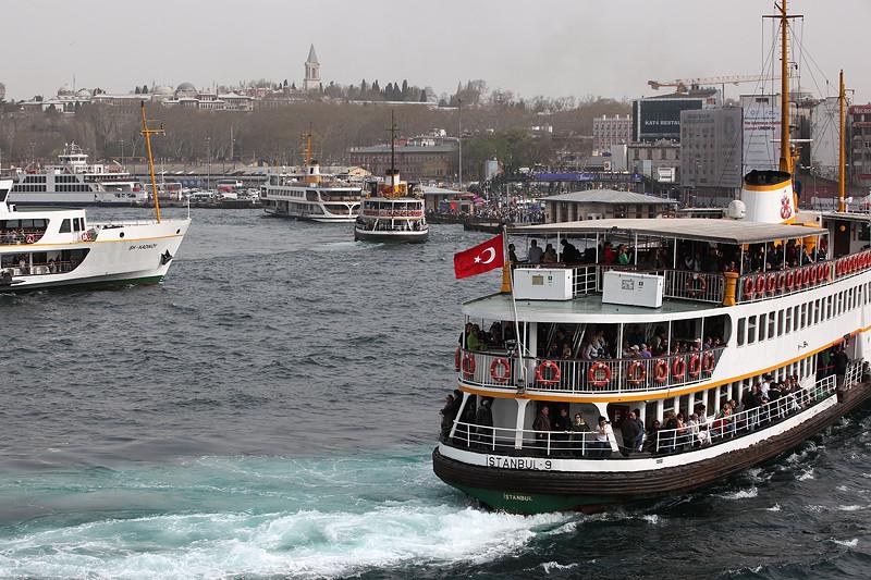 L'arrivée des navettes de ferry à Eminönü, Istanbul - Turquie 2013