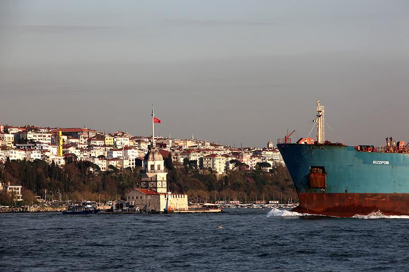 Un cargo s'apprête à doubler la tour de Léandre, Istanbul - Turquie 2013