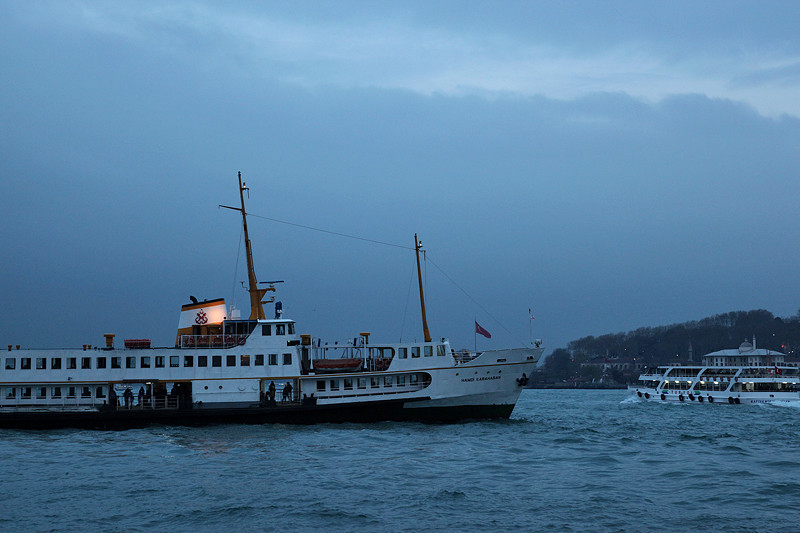 Accostage nocturne pour le ferry Hamdi Karahasan, Istanbul - Turquie 2013