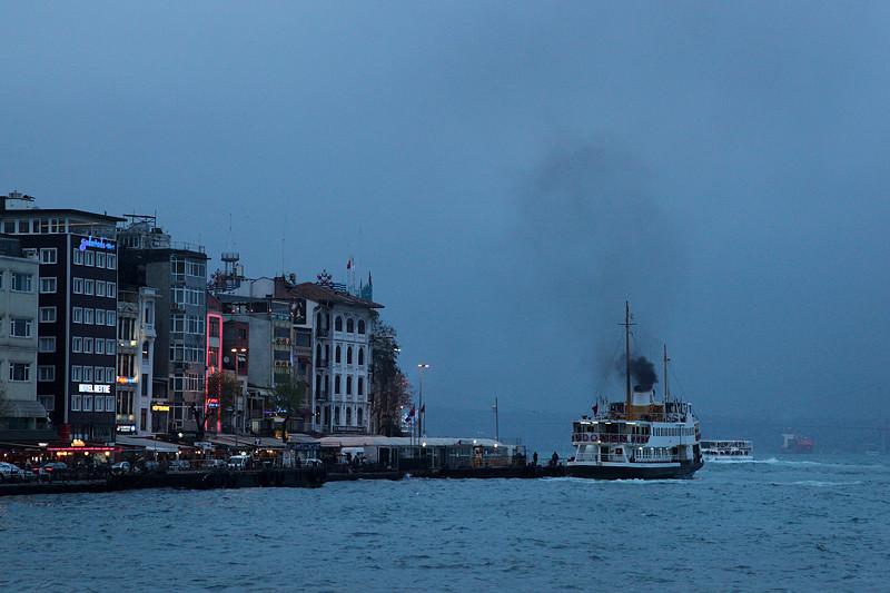 Karaköy Iskelesi à la nuit tombante, Istanbul - Turquie 2013