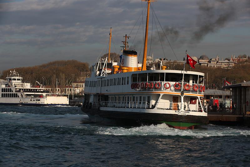 Manœuvres d'accostage du ferry N. Alptogan, Istanbul - Turquie 2013
