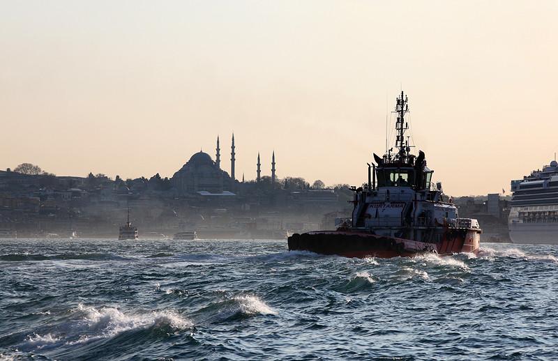 Un remorqueur sur la Corne d'Or devant la mosquée Süleymaniye, Istanbul - Turquie 2013