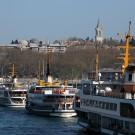 Vapür amarrés à Sirkeci, en arrière plan le palais de Topkapi, Istanbul - Turquie 2013