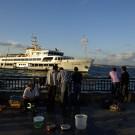 Le ferry SH-Beyoğlu s'apprête à accoster à Eminönü devant les pêcheurs, Istanbul - Turquie 2011