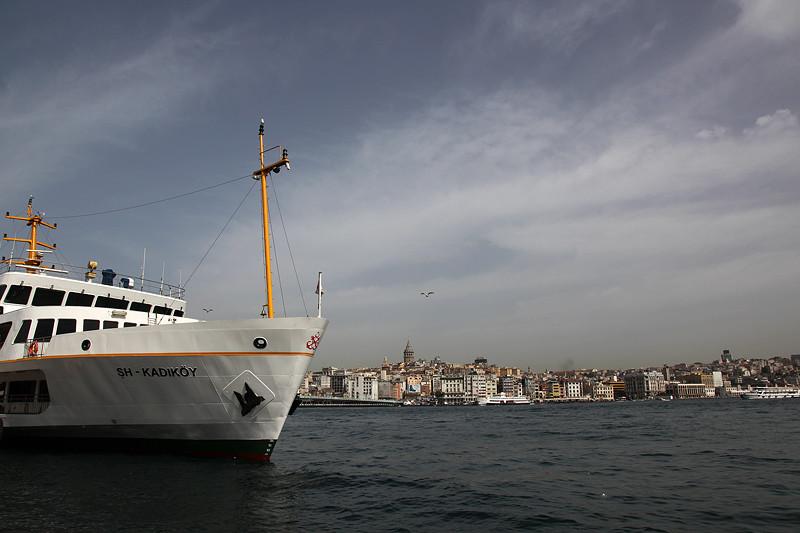 """Le """"Vapur"""" SH-KADIKÖY à quai, au pied du pont de Galata, Istanbul - Turquie 2013"""
