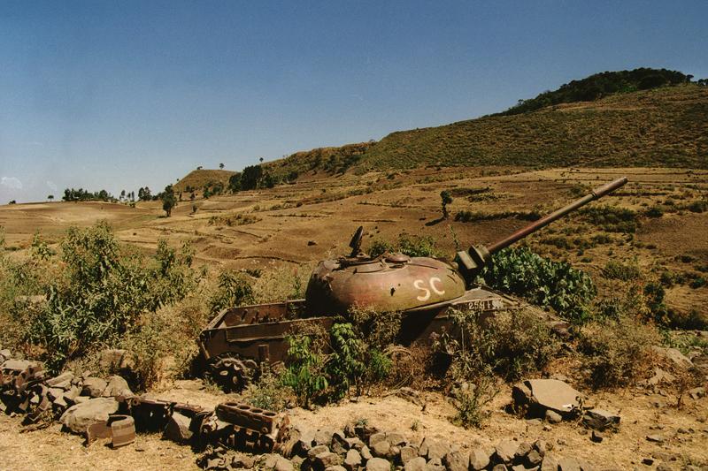 Char détruit, vestige des combats sur la route de Bahar Dar, Ethiopie, février 2000