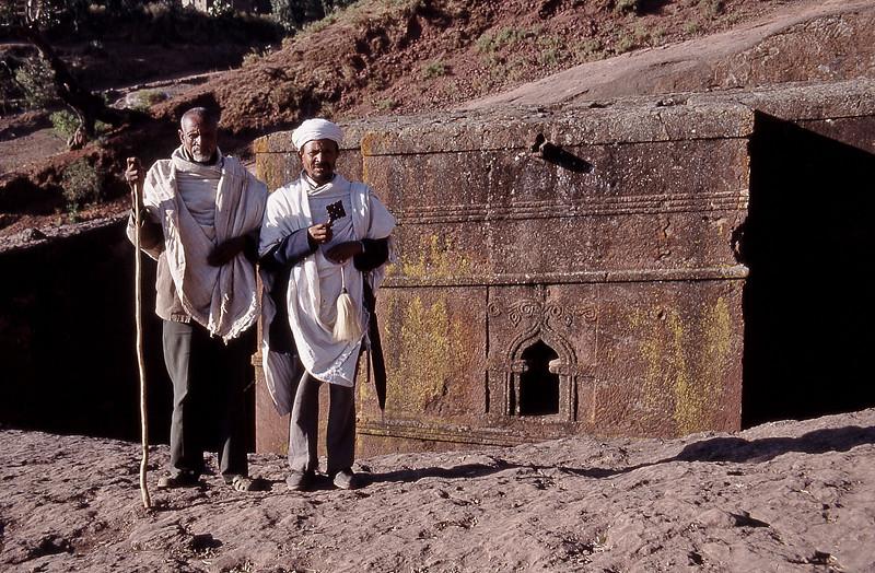 Les gardiens de l'église de Saint-George, Lalibela – Ethiopie, février 2000