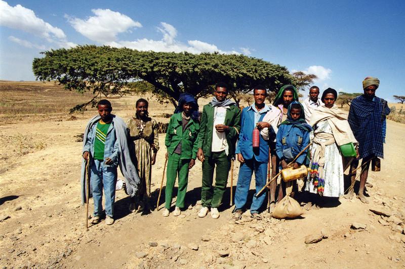 Photo de groupe sur le bord de la piste, Ethiopie, février 2000