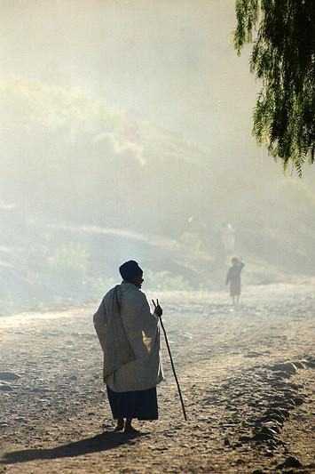 Vieille femme marchant sur la route, Lalibela - Ethiopie, février 2000