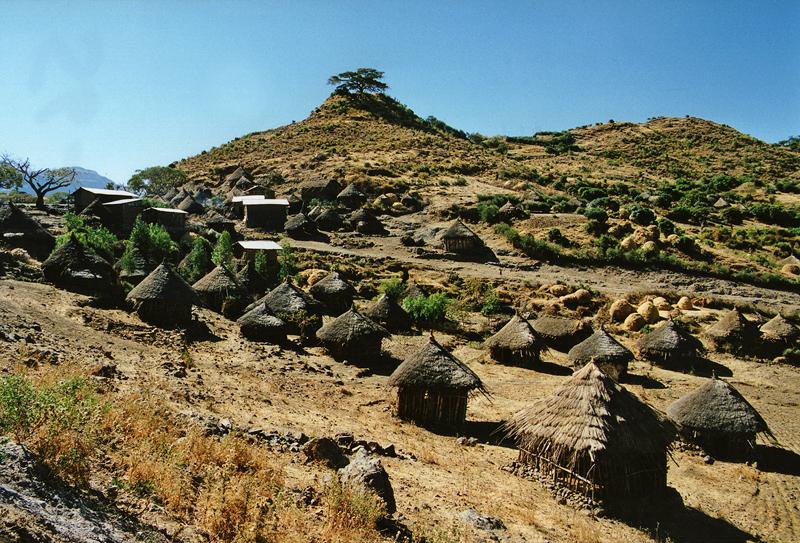Village de huttes sur la route de Djibouti, Ethiopie, février 2000