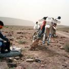 Raid de l'Amitié 1996 - Maroc, Husqvarna 360WR, crevaison sur la piste.