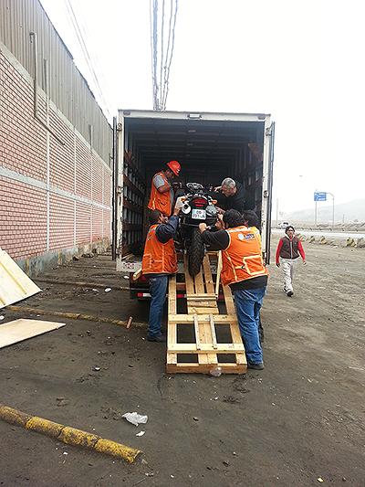 Déchargement de la moto à Callao, Lima - Pérou 2014