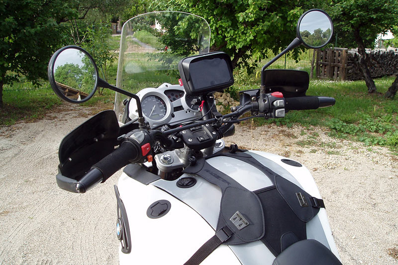 BMW F650 GS Dakar, commandes et vue du support de sacoche Bagster easy