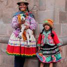 Femme et fillette en tenue traditionnelle Péruvienne, Cusco, Pérou - 2014