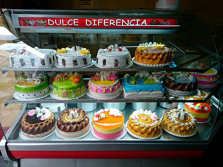 De beaux gâteaux bien colorés, Abancay, Pérou - 2014