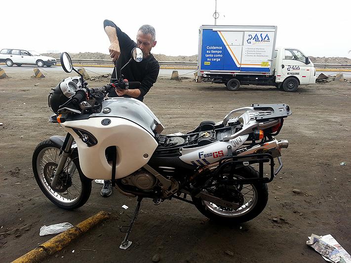 Remontage express de la moto à Callao, Lima - Pérou 2014
